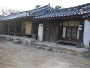 이언적(李彦迪)의 4대손 이의잠(李宜潛)의 호를 따서 지은 수졸정은 광해군 8년(1616년)에 창건됐다. 중요민속문화재 78호.