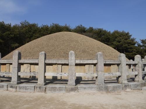 삼국통일에 지대한 공헌을 해 흥무대왕(興武大王)으로 추존된 김유신 장군의 묘는 십이지신상이 조각돼 품격미도 높다.