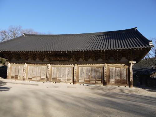 경주 기림사의 가장 오래된 목조건물인 대적광전. 1629년 중수됐으며 사실상 대웅전 역할을 한다.