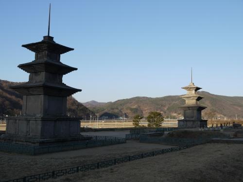 감은사지 동탑(왼쪽)과 서탑