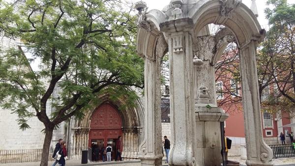 리스본 카르무수도원과 건축박물관(Convento e Museu Arqueologico do Carmo) 앞의 식수대
