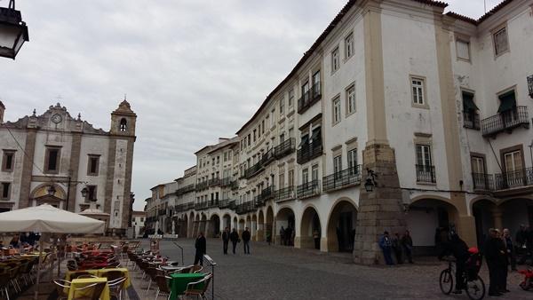 포르투갈 에보라의 중심부에 해당하는 지랄두광장 전경