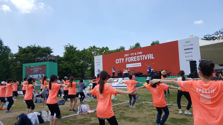 지난 3일 서울 성동구 서울숲에서 열린 '시티포레스티벌'에서 호머 브라이언트가 힙레 기초레슨을 하고 있다.