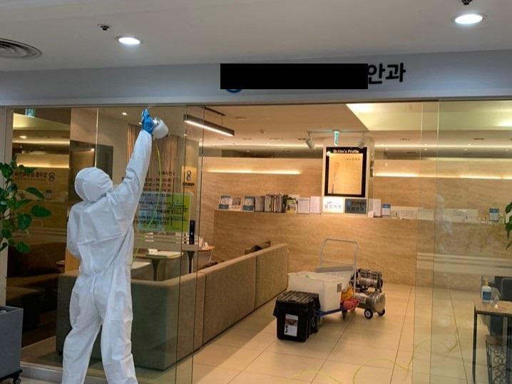 서울시 강남구 압구정동의 한 안과에서 신종 코로나바이러스에 대비, 공간멸균 작업을 하고 있다.