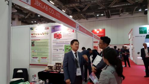 지난 11~12일 싱가폴에서 열린 '비타푸드 아시아 2018(Vitafoods Asia 2018)에 참가한 제이비케이랩 장봉근 대표가 바이어들에게 회사소개를 하고 있다.