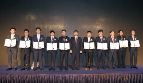 지난 14일 서울 삼성동 코엑스에서 개최된 '기후 WEEK 2018'에서 수상자가 기념촬영을 하고 있다.