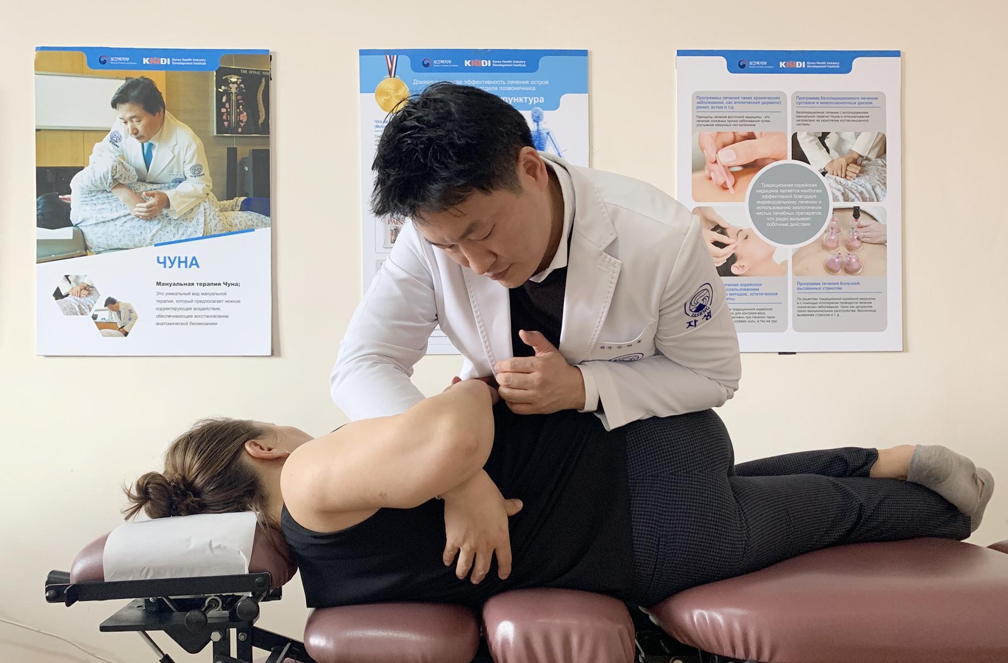 김하늘 자생한방병원 국제진료센터장이 키르기스스탄 환자를 한방 추나요법으로 치료하고 있다.