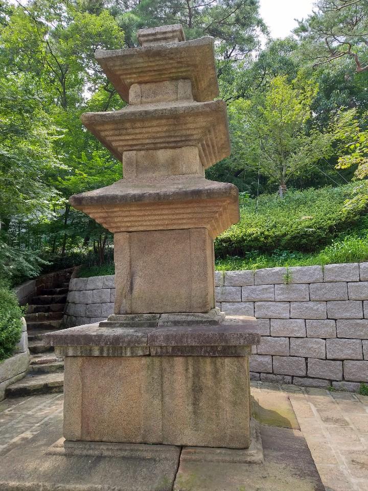 석파정 초입 너럭바위에 앉은 통일신라시대 삼층석탑