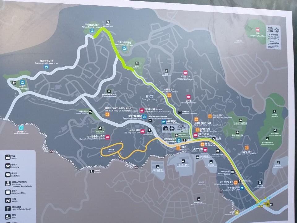 성북동천 일대의 고택과 문화명소를 알려주는 안내판