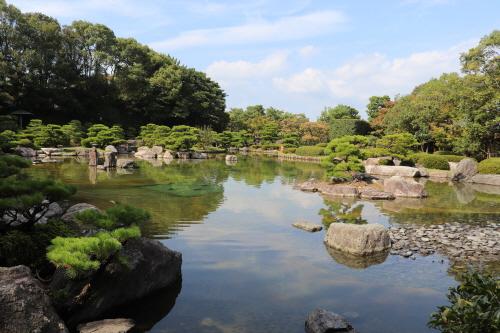 잔잔한 연못에 큰 돌을 섬처럼 꾸민 오호리공원 일본정원의 일부