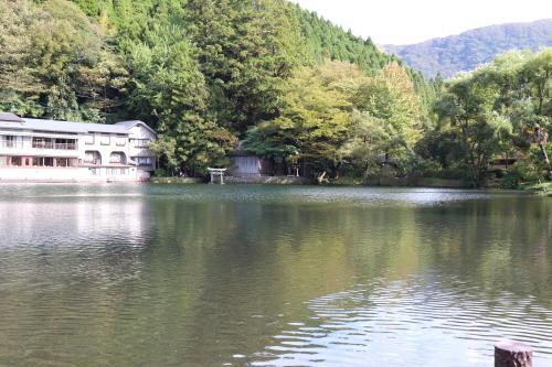 일본 오이타현 유후인의 긴린코(金鱗湖) 호수 전경. 여행객 숙소와 숲이 어우러진 모습이 아늑하다.