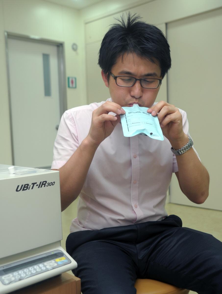 날숨의 요소 성분을 확인해 헬리코박터균의 유무를 판단하는 요소호기검사(Urea breath test, UBT)