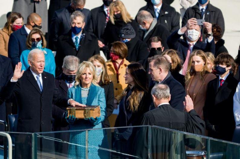 조 바이든 미국 대통령이 20일 정오(현지시각) 워싱턴 DC 국회의사당에 마련된 취임식에서 성경에 손을 얹고 취임 선서를 하고 있다. 출처 조 바이든 트위터